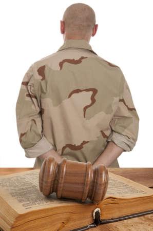 Soldaat in rechtszaal geïsoleerd op wit Stockfoto