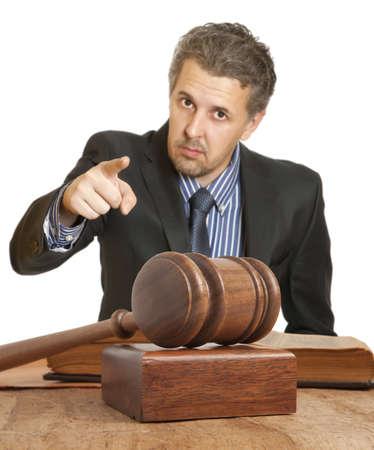 Hamer en mannelijke advocaat geïsoleerd op witte achtergrond
