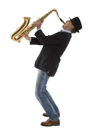 Volledige lengte portret van een man spelen op saxofoon geïsoleerd op achtergrond Stockfoto