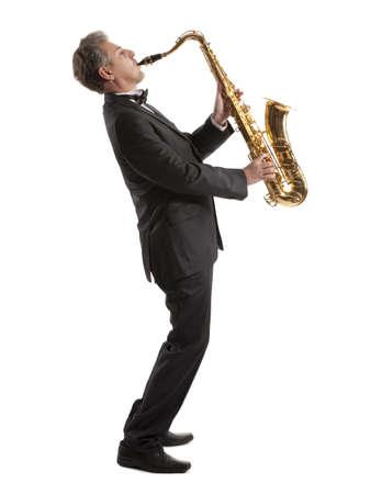 Saxofonist. Middelbare leeftijd man spelen op saxofoon geïsoleerd op de achtergrond