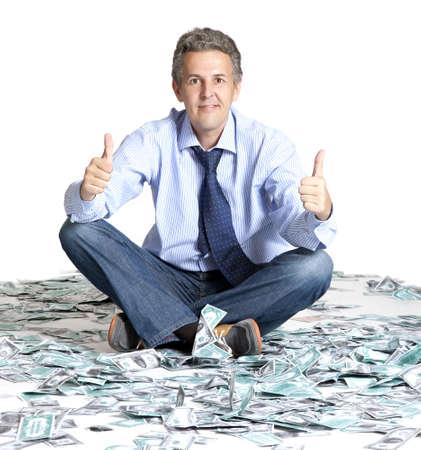 loteria: Hombre de negocios sentado en billetes de dólares
