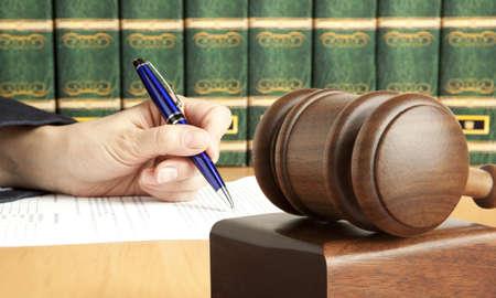 justice: La mano femenina escribe el documento en el tribunal