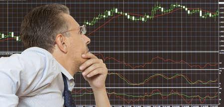 courtier: N?gociant en bourse regardant les moniteurs Banque d'images