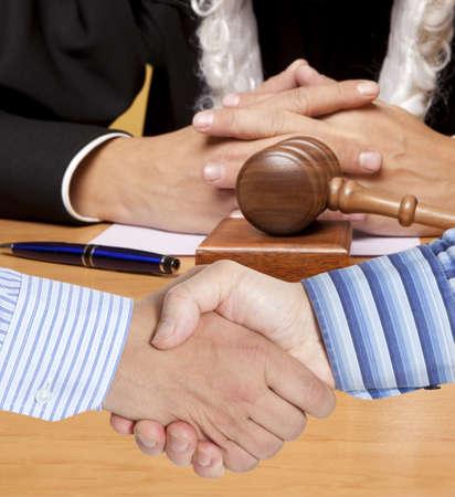 Vaststellingsovereenkomst tegen de achtergrond van de rechter Stockfoto