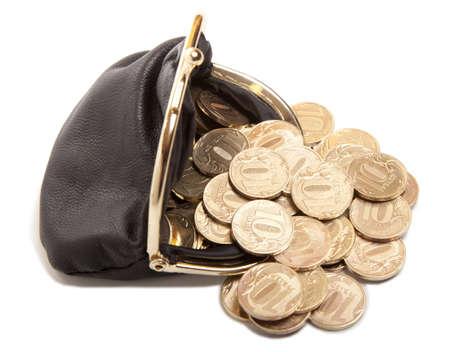 bolsa dinero: Monedero de cuero y monedas de oro aisladas sobre fondo blanco
