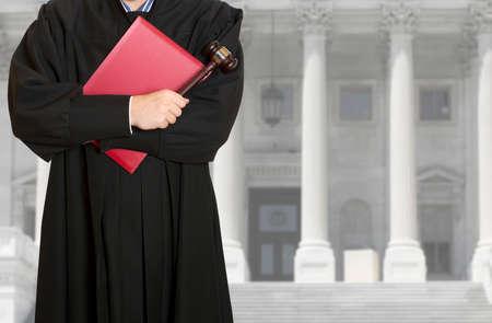Le juge marteau avec un juge sur le fond du palais de justice Banque d'images