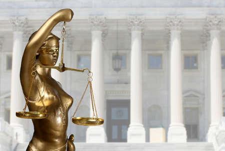 Justice Statue ist auf gegen das Gerichtsgebäude
