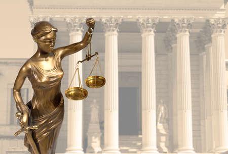 Rechtvaardigheid standbeeld staat op tegen het gerechtsgebouw