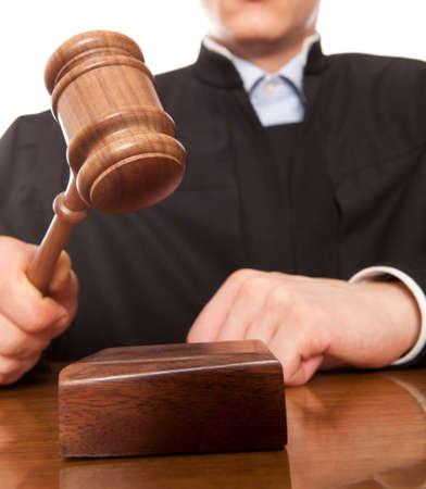 裁判官。審判のハンマーとの司法ローブの男