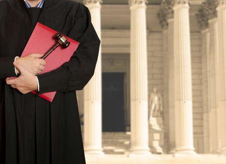 martillo juez: El martillo de juez con un juez sobre el fondo del palacio de justicia