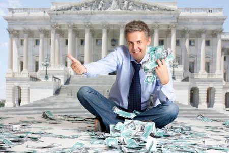 loteria: Presupuesto de Estados Unidos. Hombre de negocios sentado en billetes de dólares