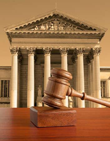 Hamer tegen de achtergrond van het gerechtsgebouw