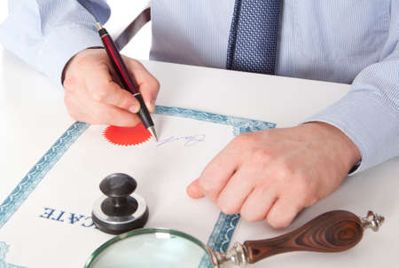 Advocaat, notaris ondertekent de documenten van ons kantoor Stockfoto