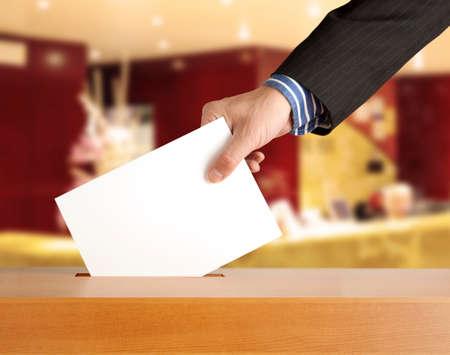 Part de mettre un bulletin de vote dans une fente de la boîte Banque d'images