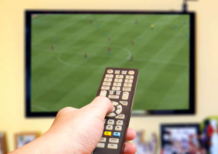 Regarder match de football à la télévision Banque d'images