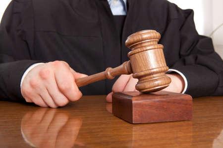 Richter. Schiedsrichter Hammer und ein Mann in Roben Standard-Bild