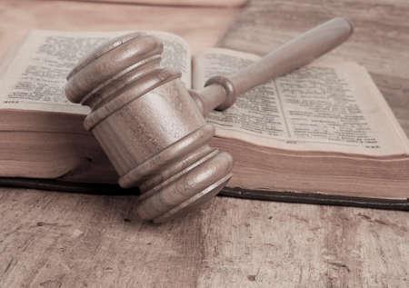 constitucion: Mazo de madera y libros sobre la mesa de madera, sobre fondo marrón