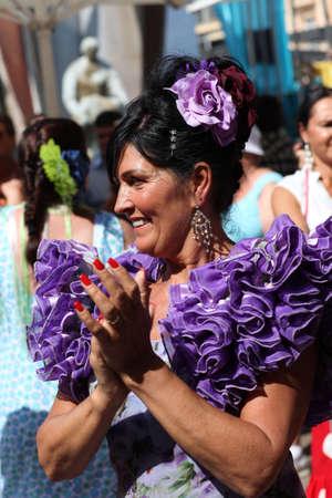 bailando flamenco: MARBELLA, ESPAÑA - 07 de octubre 2010: La mujer y los hombres bailando flamenco en la calle durante el festival religioso Fuengirola, Marbella, 07 de octubre 2010 Editorial