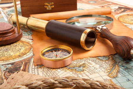 Vintage laiton télescope sur la vieille carte antique