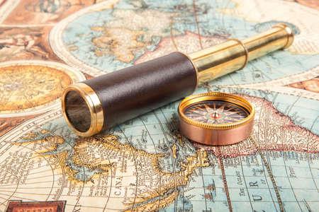 carte trésor: Vintage laiton télescope sur vieille carte antique Banque d'images