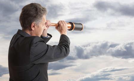 fernrohr: Business-Konzept. Geschäftsmann schaut durch ein Teleskop
