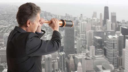 fernrohr: Geschäftsmann schaut durch ein Teleskop
