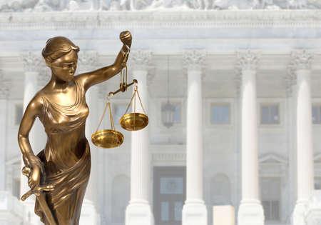 Justitie standbeeld staat op tegen het gerechtsgebouw Stockfoto - 32266407