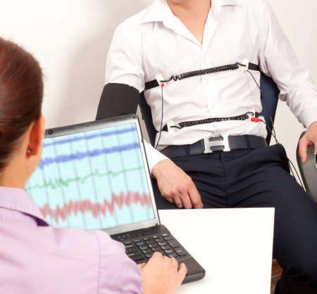 Ein Mann übergibt einen Lügendetektor-Test Standard-Bild - 32487440
