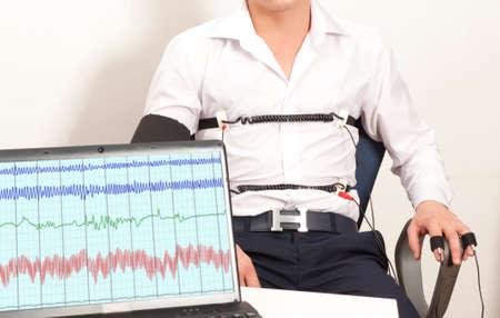 Un homme passe un test de détecteur de mensonge