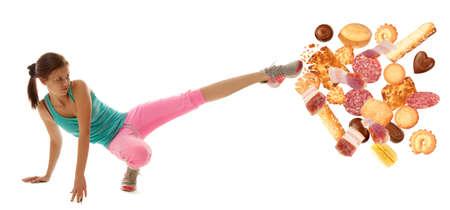 Fit jonge vrouw het afweren van slecht eten isolatie op een witte achtergrond
