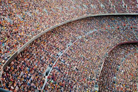 pelotas de futbol: Los aficionados en el gran estadio de f�tbol Foto de archivo