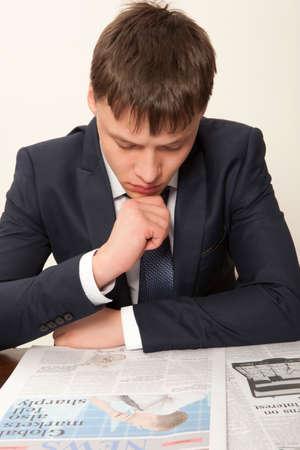 gray backgrounds: Hombre de negocios la lectura de un peri�dico, fondos grises