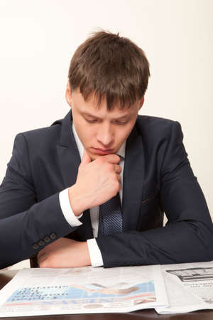 gray backgrounds: Hombre de negocios que lee un peri�dico, fondos grises