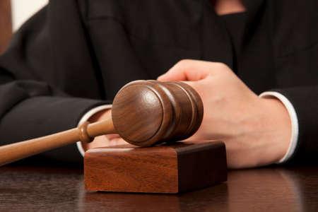 Rechter. Scheidsrechter hamer en een man in gerechtelijke gewaden Stockfoto