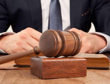 Abogado de raza caucásica en la corte. Concepto de la ley