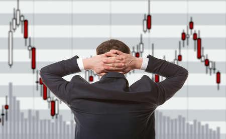 Stock trader looking at monitors Stockfoto