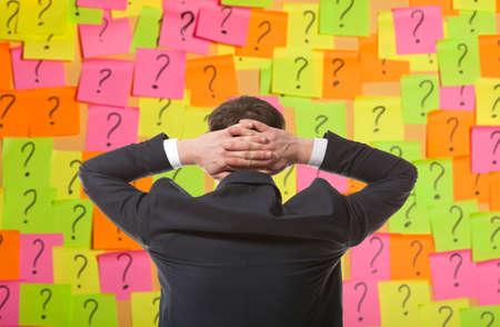 Brainstorming. Homme d'affaires résout problème complexe Banque d'images