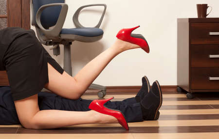 seks: Flirten. Lage sectie van het bedrijfsleven paar krijgt intiem op de vloer in het kantoor
