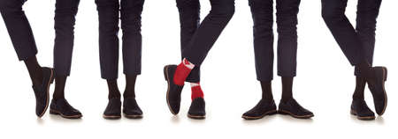 socks: Hombre pierna en traje y coloridos calcetines, aislado en blanco