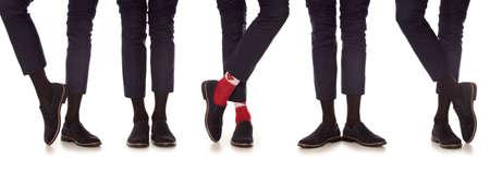Man jambe en costume et colorées chaussettes, isolé sur blanc