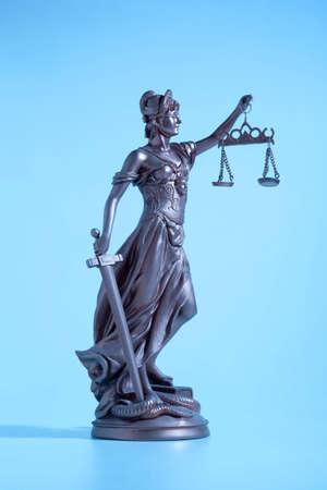 estatua de la justicia: Justicia S�mbolo. Se�ora de la justicia. Azul claro Foto de archivo