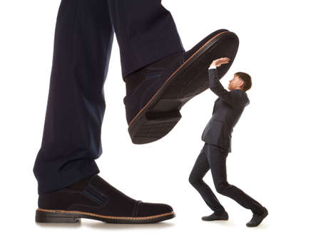 jefe: Pequeño empresario atendidos bajo pierna grande su jefe, aislado en fondo blanco