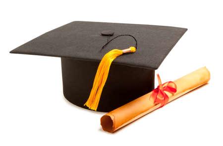 graduacion: Gortarboard y desplazamiento de la graduaci�n, aislado en blanco Foto de archivo