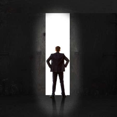 Prodigy: Nieskończoność. Widok z tyłu biznesmen stojący przed światłem wyjścia