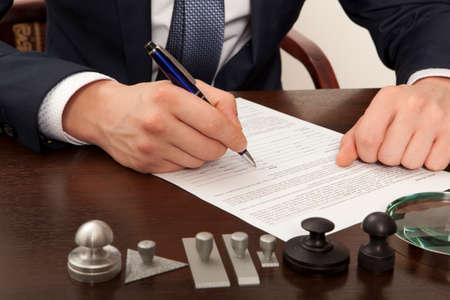 Prawnik, notariusz podpisuje dokumenty z naszego biura