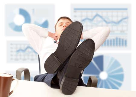 Homme d'affaires dormir. Homme d'affaires couché avec ses pieds sur le bureau dans le bureau Banque d'images