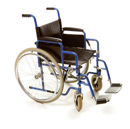 silla de rueda: Silla de ruedas aisladas sobre fondo blanco