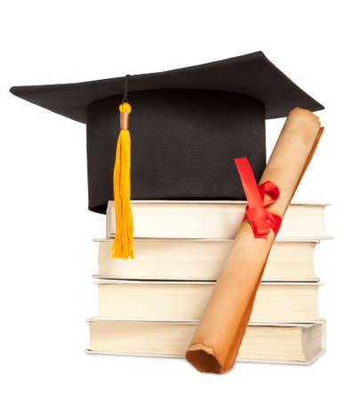 chapeau de Graduation, livre et diplôme isolé sur blanc