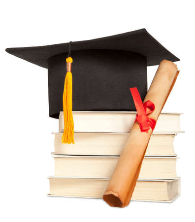 graduado: Sombrero de graduación, el libro y diploma aislados en blanco