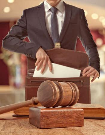 법정에서 백인 변호사. 법의 개념 스톡 콘텐츠